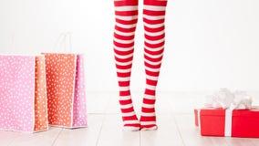 Piernas de la mujer en los calcetines rojos del color aislados en blanco Imagen de archivo libre de regalías
