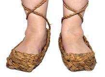 Piernas de la mujer en los zapatos rusos de la estopa Foto de archivo libre de regalías