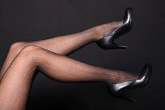 Piernas de la mujer en zapatos imágenes de archivo libres de regalías