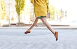 Piernas de la mujer joven o del adolescente en la calle de la ciudad Fotos de archivo