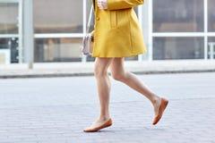Piernas de la mujer joven que corren adelante en la calle de la ciudad Imagen de archivo