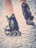 Piernas de la mujer que llevan pcteres de ruedas Imagen de archivo