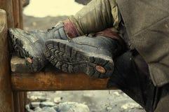 Piernas de la persona sin hogar Foto de archivo