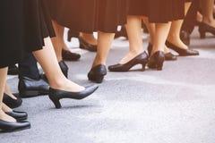 Piernas de la señora de la mujer del grupo de la muchedumbre en calzados informales imágenes de archivo libres de regalías