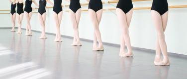 Piernas de las bailarinas de los bailarines en la danza clásica de la clase, ballet Fotografía de archivo libre de regalías