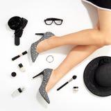 Piernas de las mujeres y accesorios elegantes de la moda Imagen de archivo libre de regalías
