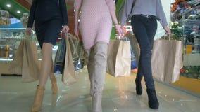 Piernas de las señoras que caminan en una tienda Tiro bajo