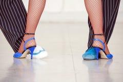 Piernas de los bailarines del tango Imagen de archivo libre de regalías