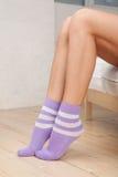 Piernas de los calcetines que desgastan de la mujer joven Foto de archivo libre de regalías