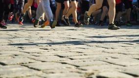 Piernas de los corredores de maratón del primer metrajes