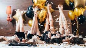 Piernas de los globos del confeti de la diversión de la alegría de las mujeres del partido fotografía de archivo libre de regalías