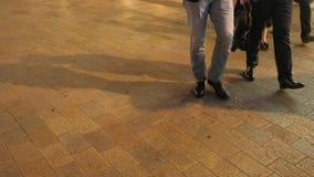 Piernas de los peatones en la noche en la calle Londres de Oxford almacen de metraje de vídeo