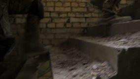 Piernas de los soldados en las botas del ejército que suben para arriba la escalera metrajes