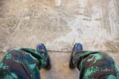 Piernas de los soldados que llevan las botas de cuero, combates en pisos del cemento, imágenes de fondo fotografía de archivo libre de regalías