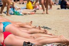 Piernas de mujeres en la playa Imágenes de archivo libres de regalías