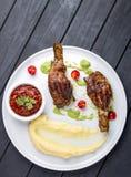Piernas de pollo 'Tabaka 'con la salsa georgiana foto de archivo