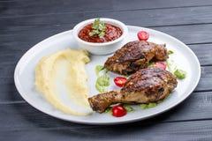 Piernas de pollo 'Tabaka 'con la salsa georgiana foto de archivo libre de regalías