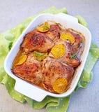Piernas de pollo anaranjadas cocidas de la clementina foto de archivo