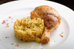 Piernas de pollo asadas con arroz cocinado del azafrán Imagen de archivo libre de regalías