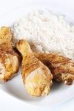 Piernas de pollo asadas con arroz hervido foto de archivo