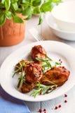 Piernas de pollo asadas con romero y granos de pimienta foto de archivo libre de regalías