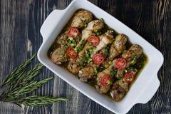 Piernas de pollo asado con el primer de las especias foto de archivo libre de regalías