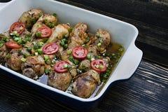 Piernas de pollo asado con las especias, primer fotos de archivo