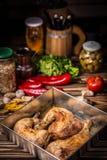 Piernas de pollo cocidas al horno E foto de archivo
