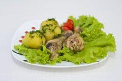 Piernas de pollo cocidas con las patatas frescas Imagenes de archivo