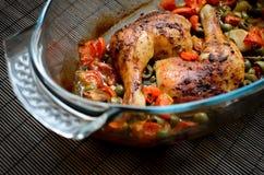 Piernas de pollo cocidas con las verduras Fotos de archivo