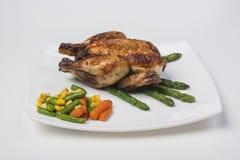 Piernas de pollo con el espárrago y la salsa de tomate Imagenes de archivo