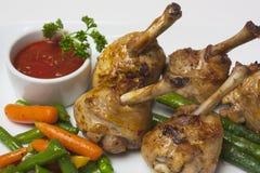 Piernas de pollo con el espárrago y la salsa de tomate Fotos de archivo libres de regalías