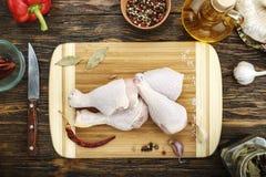 Piernas de pollo crudas en la tabla foto de archivo libre de regalías