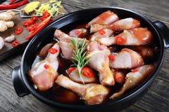 Piernas de pollo crudas en un pote Fotos de archivo libres de regalías