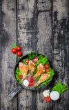 Piernas de pollo curruscantes en la opinión de ensalada de verdes del top Foto de archivo