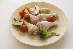 Piernas de pollo en la placa simple Imagenes de archivo