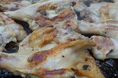 Piernas de pollo en parrilla fotografía de archivo