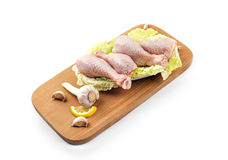 Piernas de pollo en una bandeja de madera Imagen de archivo