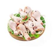 Piernas de pollo enfriadas en la bandeja Foto de archivo