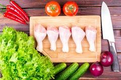 Piernas de pollo frescas, verdes, verduras Fotos de archivo