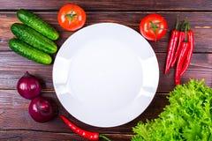Piernas de pollo frescas, verdes, verduras Foto de archivo