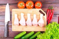 Piernas de pollo frescas, verdes, verduras Imágenes de archivo libres de regalías