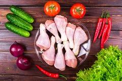 Piernas de pollo frescas, verdes, verduras Foto de archivo libre de regalías