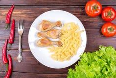 Piernas de pollo fritas con fideos Imágenes de archivo libres de regalías