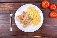 Piernas de pollo fritas con fideos Imagen de archivo