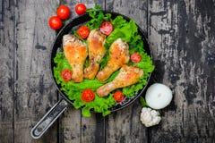 Piernas de pollo frito en la opinión de ensalada de verdes del top Fotografía de archivo libre de regalías