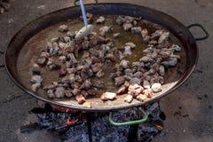 Piernas de pollo frito Preparación de la paella del pollo el plato español nacional de la paella en una sartén grande se cocina e Fotos de archivo
