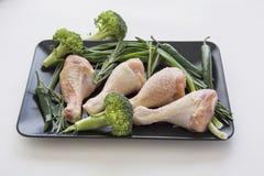 Piernas de pollo para el Bbq en blanco Fotografía de archivo