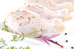 Piernas de pollo sin procesar. Fotografía de archivo