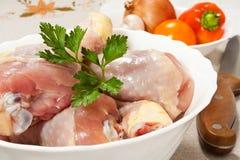Piernas de pollo sin procesar Imagen de archivo